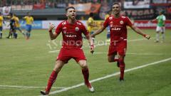 Indosport - Marko Simic merayakan gol ke gawang Barito Putera