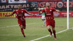 Indosport - Marko Simic melakukan selebrasi usai cetak gol ke gawang Barito Putera.