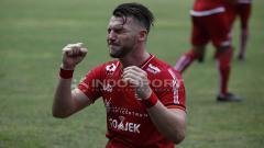 Indosport - Aksi selebrasi Marko Simic usai cetak gol ke gawang Barito Putera.