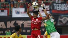 Indosport - Sandi Sute tengah melakukan duel udara dengan pemain Barito Putera.
