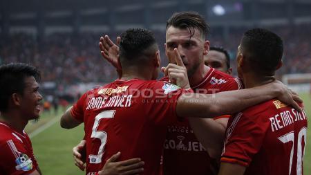 Marko Simic merayakan gol bersama rekan satu timnya. - INDOSPORT