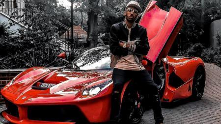 Pierre-Emerick Aubameyang pamer mobil mewahnya, Ferrari. - INDOSPORT