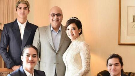 Irwan Mussry bersama Maia Estianty dan ketiga naaknya. - INDOSPORT