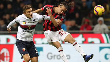 Pemain sepak bola AC Milan, Diego Laxalt (kanan), kabarnya mendapat tawaran dari Parma. - INDOSPORT