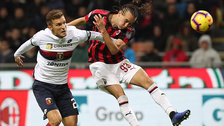 Diego Laxalt menanduk bola untuk menjauhkan dari jangkauan pemain Genoa. Copyright: Getty Images/Marco Luzzani