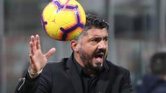 Indosport - Gennaro Gattuso memberikan instruksi kepada para pemain AC Milan saat melawan Genoa.