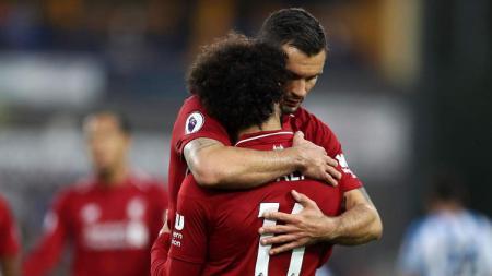 Dejan Lovren memeluk Mohamed Salah. - INDOSPORT