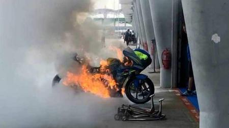 Motor pembalap MotoGP, Alex Rins, yang terbakar hebat. - INDOSPORT