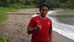 Indosport - Bima Sakti saat berlibur di salah satu pantai