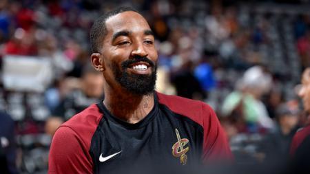 Eks pebasket NBA, JR Smith ramai menjadi perbincangan karena terlihat memukuli orang saat ikut aksi protes kematian George Floyd. - INDOSPORT