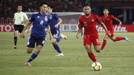Saddil Ramdani duel untuk mendapatkan bola dengan pemain Jepang - INDOSPORT