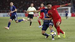 Indosport - Saddil Ramdani berebut bola dengan pemain Jepang.