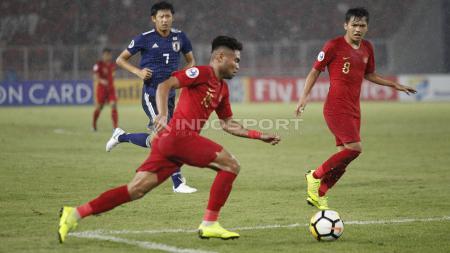 Saddil Ramdani mengambil bola. - INDOSPORT