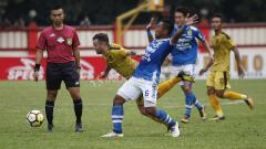 Indosport - Tony Sucipto berhasil menghentikan aksi pemain Bhayangkara FC.