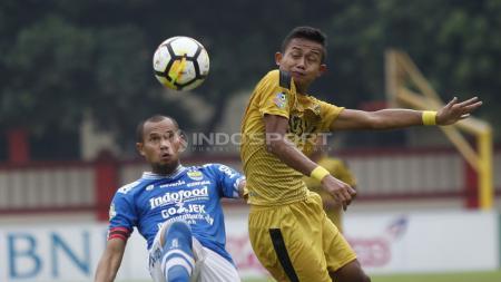 Duel udara Supardi Nasir dengan pemain Bhayangkara FC. - INDOSPORT