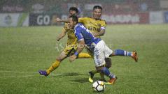 Indosport - Pemain Persib Bandung, Atep dihadang pergerakannya oleh pemain BFC, Jajang Mulyana.