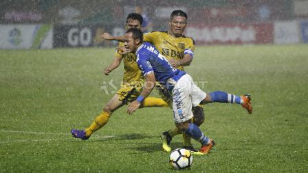 Pemain Persib Bandung, Atep diadang pergerakannya oleh pemain Bhayangkara FC, Jajang Mulyana.