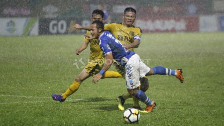 Pemain Persib Bandung, Atep dihadang pergerakannya oleh pemain BFC, Jajang Mulyana. - INDOSPORT