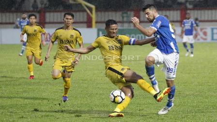 Striker Persib, Jonatan Bauman dilanggar keras oleh pemain BFC, Jajang Mulyana.