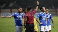 Indosport - Wasit Aprisman Aranda memberikan kartu merah kepada pemain Persib, Oh In Kyun.