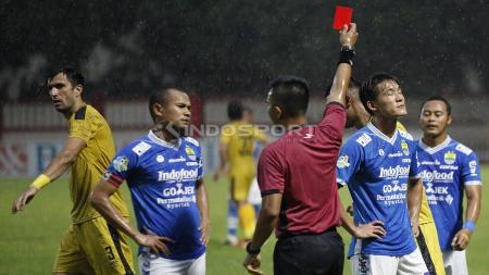 Wasit Aprisman Aranda memberikan kartu merah kepada pemain Persib, Oh In Kyun. - INDOSPORT