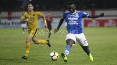 Indosport - Ezechiel N'Douassel mencoba melewati Vladimir Vujovic.