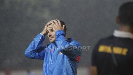 Ekspresi kekecewaan pelatih Bhayangkara FC, Simon Mcmenemy.