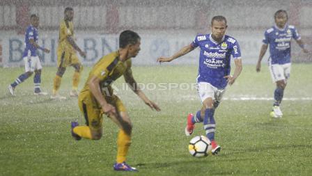 Pemain Persib Supardi Nasir mencoba mengejar bola dari penguasaan pemain Bhayangkara FC.