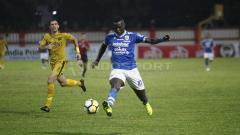 Indosport - Ezechiel N'Douassel saat tampil melawan Bhayangkara FC di Liga 1 2018 lalu.