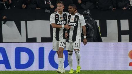 Pauo Dybala berselebrasi bersama Douglas Costa usai mencetak gol ke gawang Cagliari. - INDOSPORT