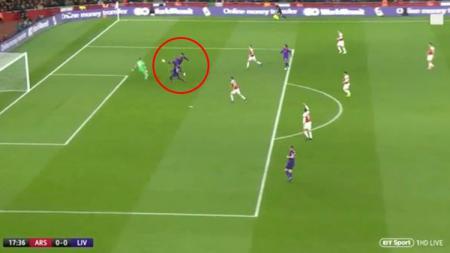 Posisi Mane yang dianggap offside saat Liverpool melawan Arsenal. - INDOSPORT