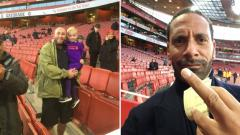 Indosport - Rio Ferdinand acungkan jari tengah ke fans Liverpool
