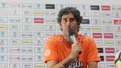 Indosport - Pelatih Persija, Stefano Cugurra Teco, saat konferensi pers jelang laga Persebaya vs Persija.