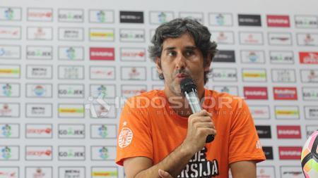 Pelatih Persija, Stefano Cugurra Teco, saat konferensi pers jelang laga Persebaya vs Persija. - INDOSPORT