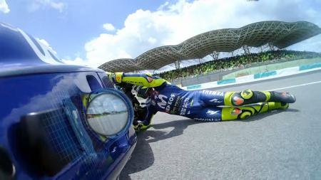 Valentino Rossi terjatuh di Sirkuit Sepang - INDOSPORT
