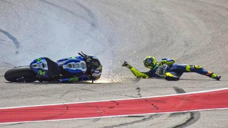 Valentino Rossi terjatuh. - INDOSPORT