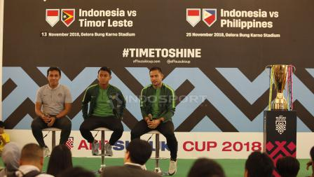 Pelatih Bima Sakti beserta Andritany, Febrihariyadi dan perwakilan Suzuki foto bersama dengan trofi Piala AFF 2018.