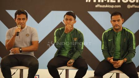 Pelatih Timnas Indonesia, Bima Sakti (kiri), Febri Hariyadi, Andritany Ardhiyasa saat menjawab pertanyaan wartawan.