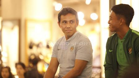 Pelatih Timnas Indonesia, Bima Sakti bersama Febri Hariyadi.