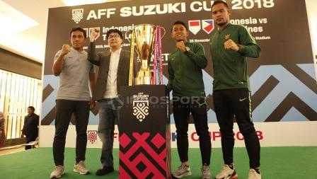 Kiper Timnas Senior Indonesia, Andritany Ardhiyasa dan Febri Hariyadi memegang trophy Piala AFF 2018.