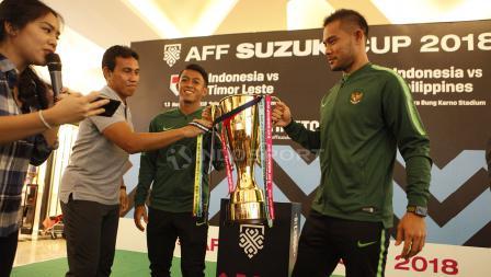 Pelatih Timnas Indonesia, Bima Sakti (kedua dari kiri) saat hendak mengangkat trophy Piala AFF 2018 bersama Andritany dan Febri Hariyadi.