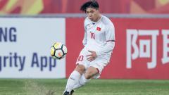 Indosport - Nguyen Cong Phuong, saat menendang bola di lapangan.