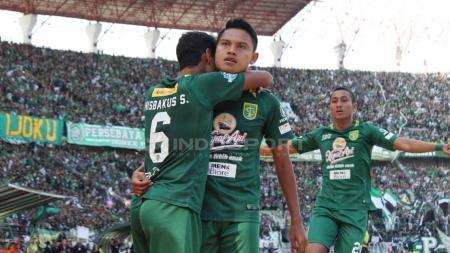 Selebrasi pemain Persebaya, Fandi Eko Utomo usai membobol gawang Persija Jakarta. Foto: Fitra Herdian/INDOSPORT - INDOSPORT