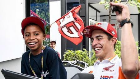 Komentator cilik MotoGP asal Indonesia bersama Marc Marquez. - INDOSPORT