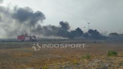 Indosport - Asap hitam terlihat di wilayah Stadion Gelora Bung Tomo usai laga Persebaya Surabaya vs Persija Jakarta.