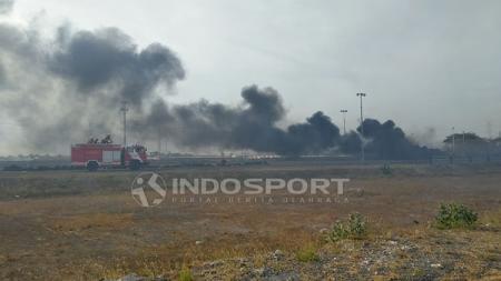 Asap hitam terlihat di wilayah Stadion Gelora Bung Tomo usai laga Persebaya Surabaya vs Persija Jakarta. - INDOSPORT