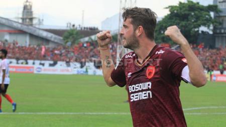 Wiljan Pluim berselebrasi usai mencetak gol ke gawang Persipura Jayapura. - INDOSPORT