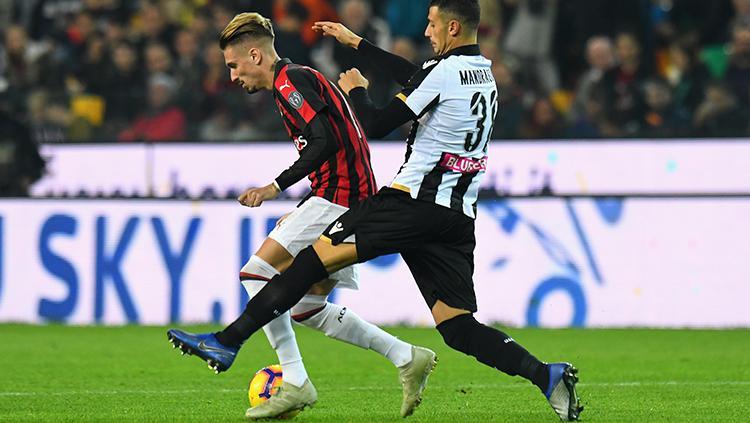 Samuel Castillejo (kiri) berusaha menguasai bola di tengah penjagaan pemain Udinese. Copyright: Getty Images/Alessandro Sabattini