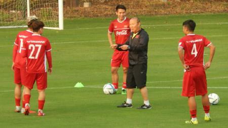 Timnas Vietnam bersama pelatih Park Hang Seo sedang melakukan latihan - INDOSPORT