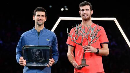 Karen Khachanov dan Novak Djokovic di final Paris Masters 2018. - INDOSPORT